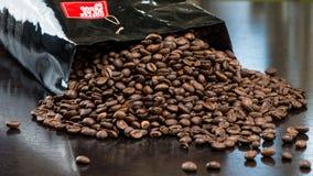Borsa dei chicchi di caffè sulla tavola Fotografia Stock Libera da Diritti
