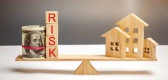 Borsa dei soldi, blocchi con il rischio di parola e una casa di legno sulle scale Il concetto di soldi di perdita quando investon fotografia stock