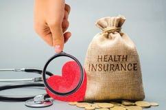 Borsa dei soldi con le monete e l'assicurazione malattia dell'iscrizione e un cuore con uno stetoscopio Il concetto di assicurazi immagine stock libera da diritti