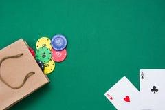 Borsa del cartone con le carte della mazza ed i chip di mazza Immagine Stock Libera da Diritti