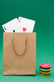 Borsa del cartone con le carte della mazza ed i chip di mazza Fotografie Stock