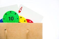 Borsa del cartone con le carte della mazza ed i chip di mazza Fotografia Stock Libera da Diritti