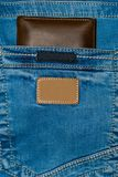 Borsa del cuoio di Brown nella tasca Il portafoglio a metà strada fuori dall'jeans appoggia Blue jeans della tasca con marrone de Immagini Stock Libere da Diritti