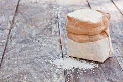 Borsa del riso sulla tavola marrone Fotografie Stock