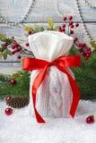 Borsa del ` s del nuovo anno con i regali sulla neve e fondo con i giocattoli Fotografie Stock