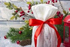 Borsa del ` s del nuovo anno con i regali sulla neve e fondo con i giocattoli Immagine Stock Libera da Diritti
