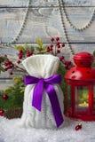 Borsa del ` s del nuovo anno con i regali sulla neve e fondo con i giocattoli Fotografia Stock Libera da Diritti