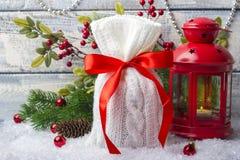 Borsa del ` s del nuovo anno con i regali sulla neve e fondo con i giocattoli Regalo Fotografia Stock Libera da Diritti