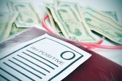 Borsa del sangue e fatture di dollaro americano Immagini Stock
