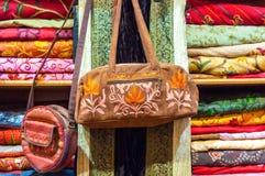 Borsa del tessuto sulla vendita in un negozio Muttrah Souk, in Mutrah, Muscat, Oman, Medio Oriente immagine stock libera da diritti