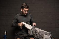 Borsa dell'imballaggio dell'atleta allo spogliatoio della palestra Fotografia Stock