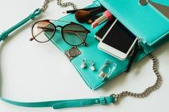 Borsa della donna con trucco, il cellulare e gli accessori Fotografia Stock