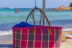 Borsa della paglia sulla spiaggia in Sardegna Italia fotografia stock