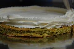 Borsa della pasticceria con le decorazioni crema mettenti crema della fragola bianca sopra il dolce Dolce di Matcha che cucina Pr fotografia stock libera da diritti