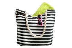 Borsa della spiaggia con l'asciugamano e gli occhiali da sole verdi immagine stock