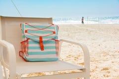 Borsa della spiaggia del turchese sulla sedia della maglia Fotografie Stock Libere da Diritti