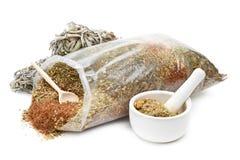 Borsa delle erbe curative, del mortaio e del pestello Immagini Stock Libere da Diritti