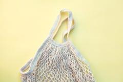 Borsa di corda ecologica bianca isolata su fondo giallo, consumo responsabile fotografia stock