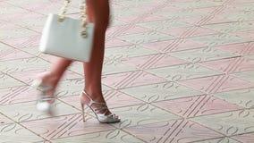 Borsa di cuoio bianca e gambe femminili ben fatto archivi video