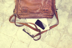 Borsa di cuoio con il diario in bianco, telefono cellulare Immagine Stock
