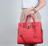 Borsa di cuoio femminile affascinante alla moda rossa su fondo puro Fotografia Stock