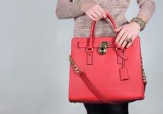 Borsa di cuoio femminile affascinante alla moda rossa su fondo puro Fotografia Stock Libera da Diritti