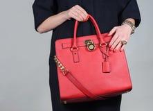 Borsa di cuoio femminile affascinante alla moda rossa su fondo puro Fotografie Stock