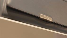 Borsa di cuoio nera moderna di marca del primo piano sullo scaffale in deposito archivi video