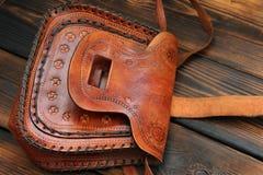 Borsa di cuoio su fondo di legno fotografie stock