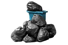Borsa di immondizia e blu del recipiente, recipiente, rifiuti, immondizia, rifiuti, mucchio dei sacchetti di plastica isolato su  Fotografia Stock