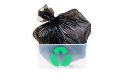 Borsa di immondizia in un recipiente di plastica isolato su fondo bianco Immagine Stock Libera da Diritti