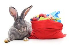 Borsa di Natale e del coniglio con i regali Immagine Stock