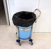 Borsa di rifiuti dentro il bidone della spazzatura Immagini Stock