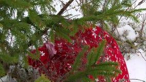 Borsa di Santa Claus con i presente sotto l'albero di Natale stock footage