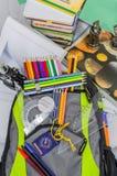 Borsa di scuola, zaino, matite, penne, gomma, scuola, festa, righelli, conoscenza, libri Fotografia Stock Libera da Diritti