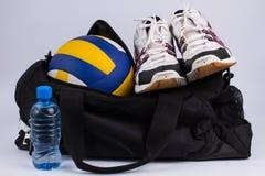 Borsa di sport con gli abiti sportivi e la palla Fotografia Stock