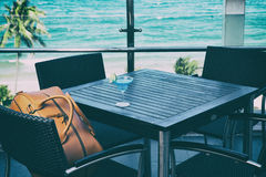 Borsa di viaggio per gli uomini su una sedia in caffetteria Fotografie Stock Libere da Diritti
