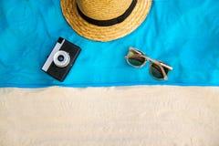 Borsa di vimini della spiaggia della paglia di estate d'annata, vetri di sole, involucro sulla sabbia, fondo tropicale dell'abbig immagine stock