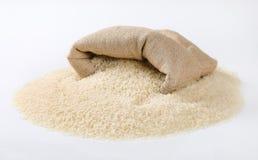 Borsa e mucchio di riso a grani lunghi bianco Fotografie Stock Libere da Diritti