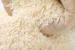 Borsa e mucchio di riso a grani lunghi bianco Immagini Stock