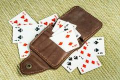 Borsa fatta di cuoio e delle carte da gioco Immagini Stock