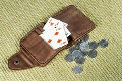 Borsa fatta di cuoio e delle carte da gioco Fotografia Stock
