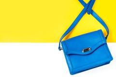 Borsa femminile della borsa della donna di modo blu su fondo variopinto Immagini Stock