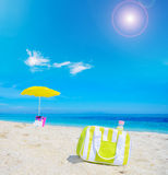 Borsa più fresca sulla sabbia in una spiaggia tropicale fotografia stock