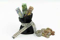 Borsa restretta con le euro banconote e le monete isolate su fondo bianco immagini stock libere da diritti