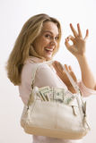 Borsa riempita contanti della holding della donna Fotografia Stock