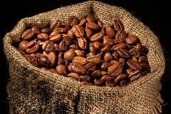 Borsa riempita di chicchi di caffè in riflettore Fotografie Stock Libere da Diritti