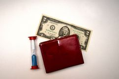 Borsa rossa con soldi su un fondo bianco immagini stock libere da diritti
