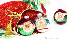 Borsa rossa del ` s del nuovo anno per i regali con le palle di Natale sulla tovaglia festiva Immagini Stock Libere da Diritti