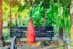 Borsa rossa della sabbia per l'attaccatura tailandese di Muay fotografie stock